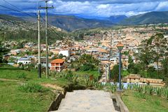 Overweldigend Panorama van Chachapoyas-Stad van het Weergevenpunt van Luya Urco, Chachapoyas, Amazonas, Peru stock afbeelding