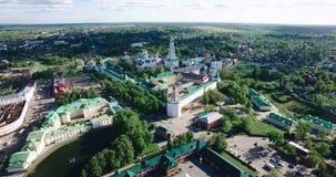 Overweldigend satellietbeeld van de mooie Christelijke kerken Overweldigend Landschap Godsdienst en geloof stock video