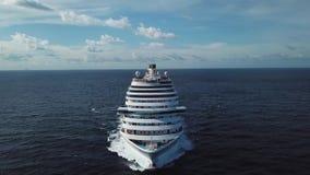 Overweldigend satellietbeeld van het cruiseschip in open water, vooraanzicht voorraad Voordeel van het verankerde lijnboot varen stock video