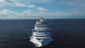 Overweldigend satellietbeeld van het cruiseschip in open water, vooraanzicht voorraad Voordeel van het verankerde lijnboot varen royalty-vrije stock foto