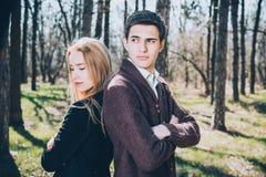 Overweldigend sensueel openluchtportret van jong modieus manierpaar Royalty-vrije Stock Fotografie