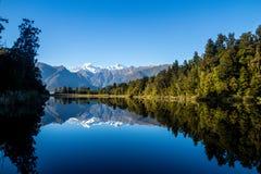 Overweldigend Spiegelmeer, Nieuw Zeeland Stock Afbeeldingen