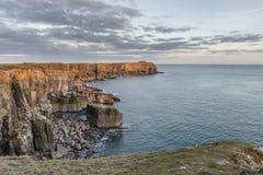 Overweldigend trillend landschapsbeeld van klippen rond St Govan ` s Hea Stock Fotografie