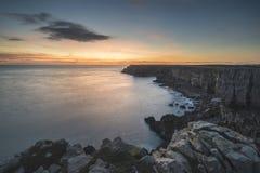 Overweldigend trillend landschapsbeeld van klippen rond St Govan ` s Hea Royalty-vrije Stock Fotografie