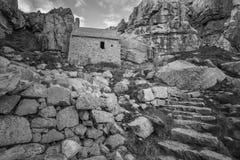 Overweldigend zwart-wit landschapsbeeld van St Govan ` s Kapel  Stock Foto