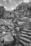Overweldigend zwart-wit landschapsbeeld van St Govan ` s Kapel o Royalty-vrije Stock Afbeelding