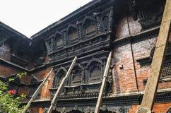 Overweldigende architectuur in de tempel van Kumari Ghar van de levende godin Kumari Devi na belangrijke aardbeving in 2015, Katm Stock Foto