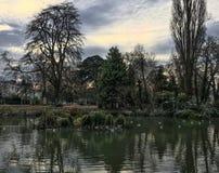 Overweldigende avondhemel over vijver in Pittville-Park in Cheltenham royalty-vrije stock foto