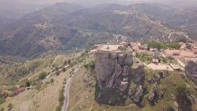 Overweldigende baan4k antenne van rots met Katholiek kruis in Bova, Calabrië, Italië stock video