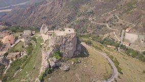 Overweldigende baan4k antenne van rots met Katholiek kruis in Bova, Calabrië, Italië stock footage