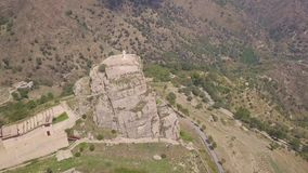 Overweldigende baan4k antenne van rots met Katholiek kruis in Bova, Calabrië, Italië stock videobeelden