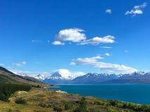 Overweldigende bergmt Kok en meer Pukaki, Nieuw Zeeland royalty-vrije stock foto's