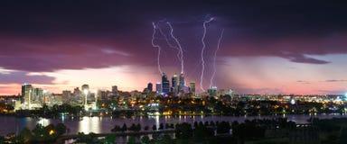 Overweldigende bliksemstakingen over de de stadshorizon van Perth Stock Afbeelding
