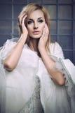 Overweldigende blondeschoonheid die uitstekende kleding dragen Royalty-vrije Stock Afbeeldingen