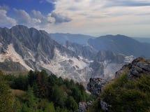 Overweldigende brede mening over de witte marmeren die steengroeven van Campo Cecina, Massa Carrara, Italië worden gezien De herf stock fotografie