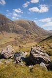 Overweldigende Britse mening van bergen en nauwe vallei in Glencoe Schotland het UK Stock Afbeelding