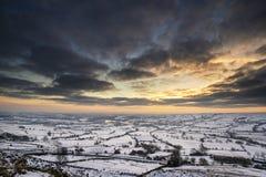 Overweldigende de Winterzonsondergang over sneeuw behandeld de Winterlandschap in Erwt Stock Afbeelding