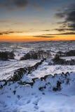 Overweldigende de Winterzonsondergang over sneeuw behandeld de Winterlandschap in Erwt Stock Afbeeldingen