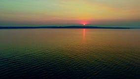 Overweldigende de zomerzonsondergang door oceaanbaai stock video