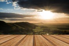 Overweldigende de Zomerzonsondergang over plattelandslandschap met dramati Stock Afbeeldingen