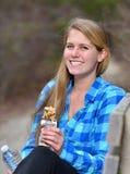 Overweldigende jonge vrouw wandeling in de winter royalty-vrije stock afbeeldingen