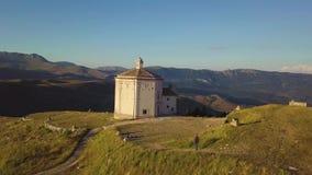 Overweldigende 4k snel antenne van plattelandskerk in de Abruzzo valleien, Italië stock video