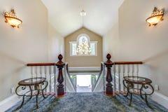 Overweldigende lounge met elegante trap stock afbeelding