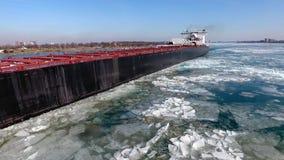 Overweldigende lucht4k hommelmening over de grote tanker die van het het vrachtschipschip van de containervracht in de rivierzeeg stock videobeelden