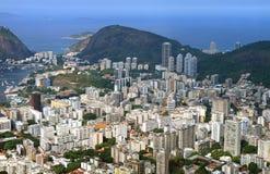 Overweldigende luchtmening van Rio de Janeiro onderaan stad met de wolkenkrabbers, Brazilië stock foto