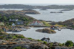 Overweldigende mening aan Zweedse huizen bij archipel stock fotografie