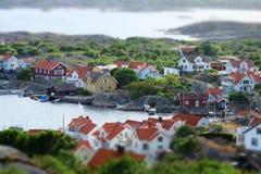 Overweldigende mening aan Zweedse huizen bij archipel stock afbeelding