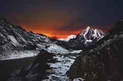 Overweldigende mening van de berglandschap van de winterhimalayan bij nacht bij hoge hoogte royalty-vrije stock foto