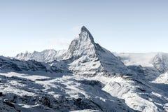 Overweldigende mening van de berglandschap van de wintermatterhorn in zonnige heldere dag stock foto