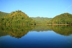 Overweldigende mening van de bezinningen van bergen op Hoob Khao Wong Reservoir, Suphanburi-provincie, Thailand stock foto's