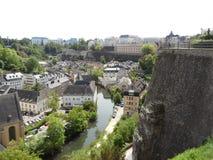 Overweldigende mening van de lagere stad langs Alzette-rivier en La Corniche van Le Chemin DE van Luxemburg Royalty-vrije Stock Fotografie