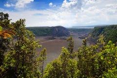 Overweldigende mening van de oppervlakte van de de vulkaankrater van Kilauea Iki met afbrokkelende lavarots in Vulkanen Nationaal Stock Afbeelding
