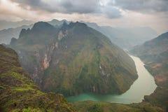 Overweldigende mening van de rivier van Nho Que die door bergen van de Ma Pi Leng pas wordt omringd stock afbeeldingen
