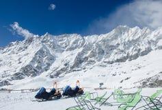 Overweldigende mening van de snow-covered bergketen Matterhorn van Cervinia-de kant van de skitoevlucht Stock Foto's