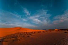 Overweldigende mening van eenzame zandduinen royalty-vrije stock afbeeldingen