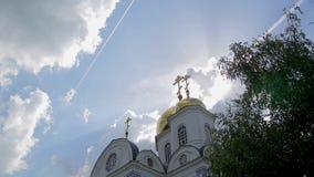 Overweldigende mening van gouden koepels van Kerk met kruisen op bewolkte hemel als achtergrond stock videobeelden