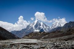 Overweldigende mening van Lobuche-berg van trek aan de piek van Everest en van het eiland Himalayanlandschap bij heldere dag bij  stock afbeeldingen