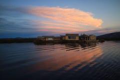 Overweldigende Mening van Uros Floating Islands op Meer Titicaca bij de Zonsondergang, Puno, Peru royalty-vrije stock afbeelding