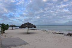 Overweldigende meningen van de stranden van Aruba ` s met enorme oceanen royalty-vrije stock foto's