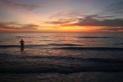 Overweldigende Oceaanzonsondergang Royalty-vrije Stock Foto