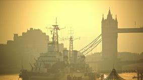 Overweldigende ochtend in Londen, Torenbrug en iconisch oorlogsschip stock video
