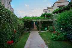 Overweldigende ontspanningsplaats met bank en prachtig panorama, Villa Rufolo, Ravello, Amalfi kust, Italië, Europa stock afbeeldingen