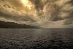 Overweldigende onweerswolken over Ohrid-Meer bij zonsondergang royalty-vrije stock afbeelding
