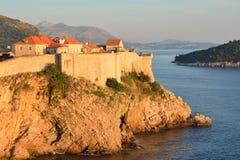 Overweldigende Oude de Stadsmuur van Dubrovnik stock foto
