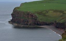 Overweldigende Overzees Cliff Surrounding Fleswick Bay in het Westen Cumbria stock afbeelding