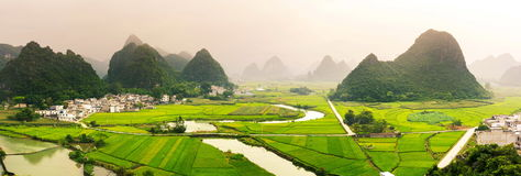 Overweldigende padieveldmening met karst vormingen China Stock Foto's